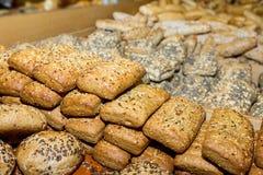 Diversos tipos de tipos do cereal da inteiro-grão das pastelarias no cou Fotos de Stock Royalty Free