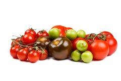 Diversos tipos de tomates en la tabla Imágenes de archivo libres de regalías