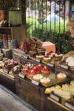 Diversos tipos de tortas en tienda de pasteles imagenes de archivo