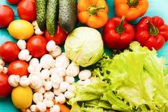 Diversos tipos de verduras en la tabla de cocina Visión superior y foco selectivo Fotografía de archivo libre de regalías