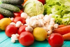 Diversos tipos de verduras en la tabla de cocina Visión superior y foco selectivo Imagen de archivo
