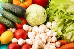 Diversos tipos de verduras en la tabla de cocina Visión superior y foco selectivo Fotos de archivo