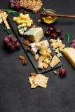 Diversos tipos del queso - brie, camembert, el Roquefort y Cheddar en el hormigón Imagenes de archivo