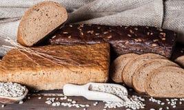 Diversos tipos do pão na tabela imagens de stock