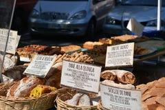 Diversos tipos do pão regional italiano na venda fotos de stock royalty free