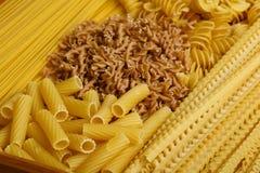 Diversos tipos y dimensiones de una variable de las pastas italianas Imágenes de archivo libres de regalías