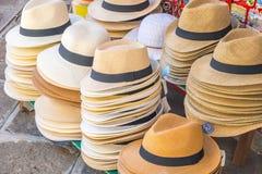 Diversos tocados en un contador del mercado en Venecia, Italia fotografía de archivo libre de regalías