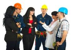 Diversos trabajadores que tienen conversación imagen de archivo libre de regalías