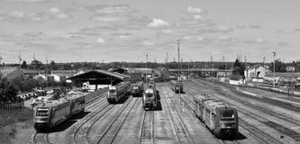 Diversos trens na expectativa do curso foto de stock