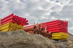 Diversos tubos coloreados del pvc stock de ilustración