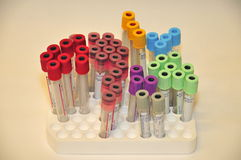 Diversos tubos de ensayo vacíos coloreados de la sangre Foto de archivo
