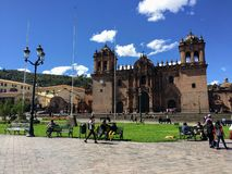 Diversos turistas admiram a opinião Plaza de Armas em Cusco bonito e antigo, Peru fotografia de stock
