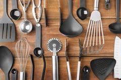 Diversos utensilios de la cocina en fondo Fotos de archivo libres de regalías