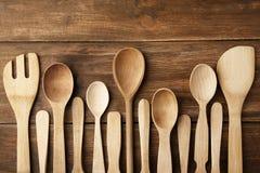 Diversos utensilios de la cocina en fondo Imagenes de archivo
