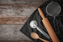 Diversos utensilios de la cocina en fondo Imagen de archivo libre de regalías