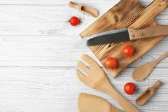 Diversos utensilios de la cocina en fondo Fotos de archivo