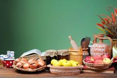 Diversos utensilios de la cocina, frutas y verduras imágenes de archivo libres de regalías