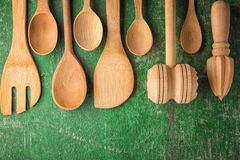 Diversos utensilios de madera de la cocina en la tabla Fotografía de archivo