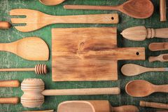 Diversos utensilios de madera de la cocina en la tabla Imagenes de archivo