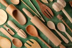 Diversos utensilios de madera de la cocina en la tabla Imagen de archivo