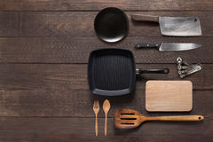 Diversos utensilios del artículos de cocina en el fondo de madera para el cookin Imágenes de archivo libres de regalías