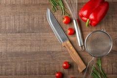 Diversos utensilios y verduras de la cocina en fondo Fotos de archivo libres de regalías