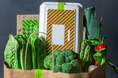 Diversos verdes frescos con lechuga, la menta, el perejil, la cebolla y la caja Imágenes de archivo libres de regalías