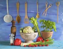 Diversos verduras y utensilios de la cocina Fotos de archivo