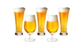 Diversos vidrios de cerveza de cerveza dorada fría aislada Foto de archivo libre de regalías