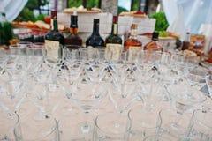 Diversos vidrios del alcohol en la tabla del abastecimiento de la boda Imágenes de archivo libres de regalías
