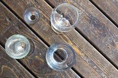 Diversos vidrios en una opinión de tablero de madera desde arriba foto de archivo libre de regalías