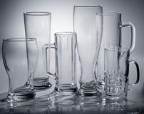 Diversos vidrios vacíos de cerveza fotos de archivo