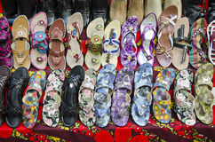Diversos zapatos coloridos en el mercado de la India Fotos de archivo libres de regalías