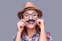 Divertendosi con i baffi del fronte immagini stock