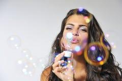 Divertendosi con la soluzione della bolla fotografia stock