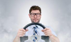 Divertente nell'uomo barbuto di vetro con volante dentro il fumo Fotografia Stock Libera da Diritti