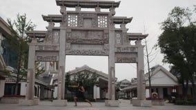 Divertido tonto temporario del hombre adulto en máscara del mono delante del templo antiguo en alguna parte en Asia almacen de video