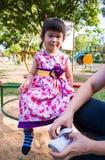 Divertimento adorabile della ragazza nel parco Luce solare nel campo da giuoco dei bambini Immagine Stock Libera da Diritti