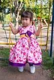 Divertimento adorabile della ragazza su oscillazione nel parco Luce solare nel pla dei bambini Immagine Stock Libera da Diritti