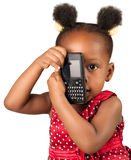 Divertimento afro-americano pequeno da menina com telefone Foto de Stock
