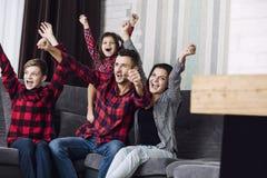 Divertimento bonito feliz da família da forma junto em casa no ro de vida Imagem de Stock
