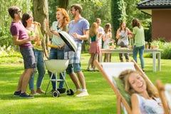 Divertimento con il barbecue fotografia stock
