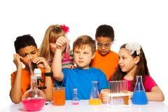 Divertimento da classe de química para crianças fotografia de stock royalty free