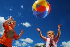 Divertimento da família com beachball Foto de Stock
