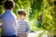 Divertimento da família durante o tempo de colheita em uma exploração agrícola Crianças que jogam no jardim do outono imagens de stock royalty free