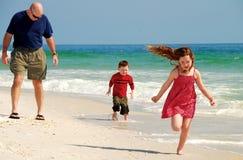 Divertimento da família na praia foto de stock