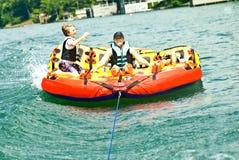 Divertimento da família no lago/tubulação Fotografia de Stock