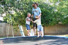Divertimento da família no Trampoline Fotos de Stock Royalty Free
