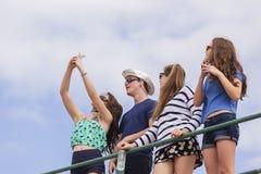Divertimento da foto de Selfie dos adolescentes Fotos de Stock Royalty Free
