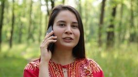 Divertimento da jovem mulher que fala no telefone celular vídeos de arquivo